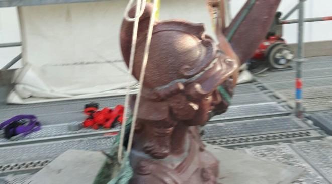 Rimosso il mantello della statua della giustizia in Piazza Santa Trinita
