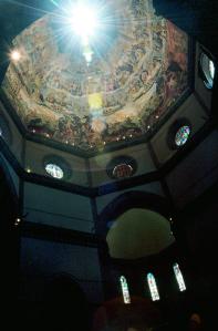 la luce del sole attraversa lo gnomone del Duomo di Firenze