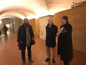 Davide Rondoni, Sergio Givone e il Cardinale Giuseppe Betori visinato la mostra Natus