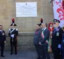 La lapide in Piazza Stazione sulla facciata ex Scuola in ricordo dei 700 Carabinieri Angeli del Fango