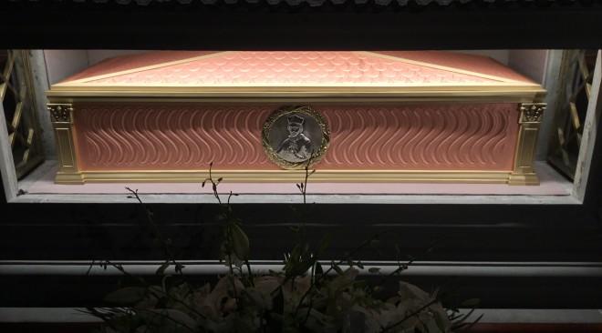 Il nuovo sarcofago del Beato Vescovo Niccolò Stenone nella Basilica di San Lorenzo opera dei giovani della Scuola di Arte Sacra