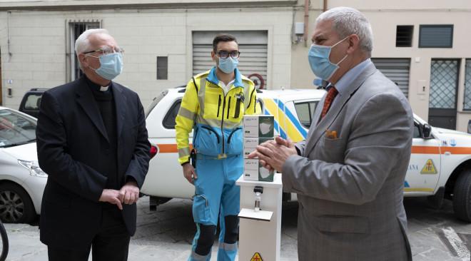 Kit alle parrocchie per ripresa messe: diocesi dona mascherine, Menarini 900 litri di disinfettante